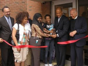 Mayor Booker cuts the ribbon